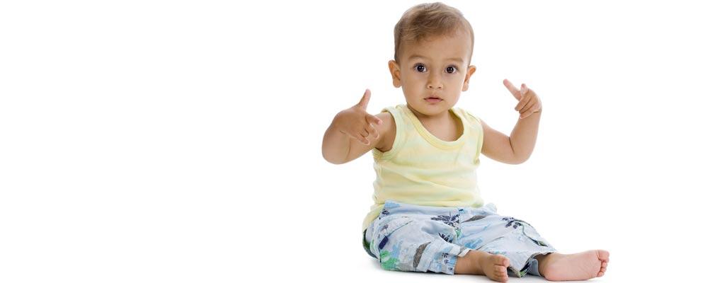 petit enfant avec gestes hip hop